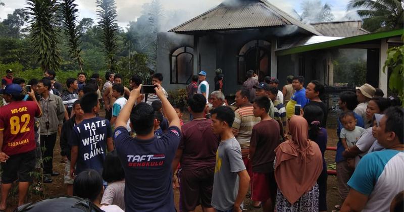 Rmah guru SMAN 2 Arga Makmur terbakar