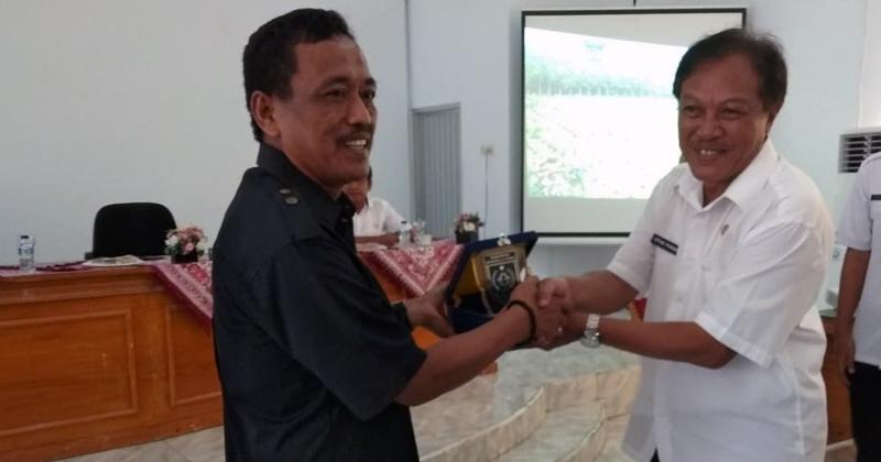 Wakil-Ketua-DPRD-Majalengka-Terima-Cinderamata-dari-Pemkab-Bengkulu-Utara